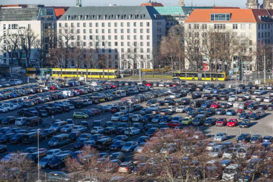 Wo jetzt noch Hunderte Autos parken, soll in fünf Jahren das neue Verwaltungszentrum der Stadt stehen.
