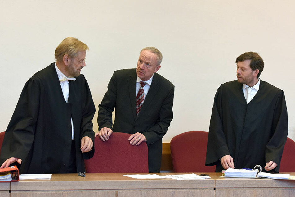 Andreas Krummrey (Mitte) am 15. März 2016 mit seinen Anwälten Hans-Jörg Bücking (li.) und Andre Pott.
