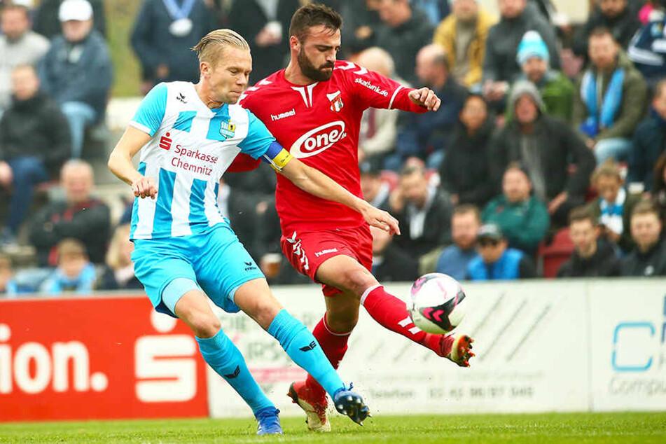 Dennis Grote (l.), der hier gegen den Meuselwitzer Nikolaos Giannitsanis klärt, kam im Sommer 2016 zum CFC und hielt dem Verein trotz Abstiegs in die Regionalliga die Treue.