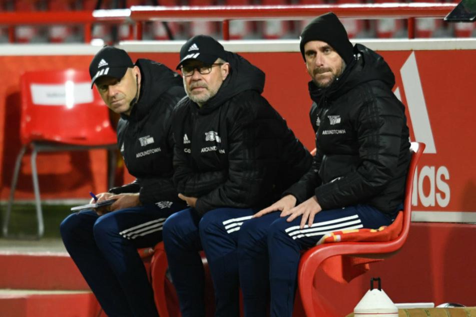 Der Trainer des 1. FC Union Berlin, Urs Fischer (54, M.), sitzt auf der Bank.