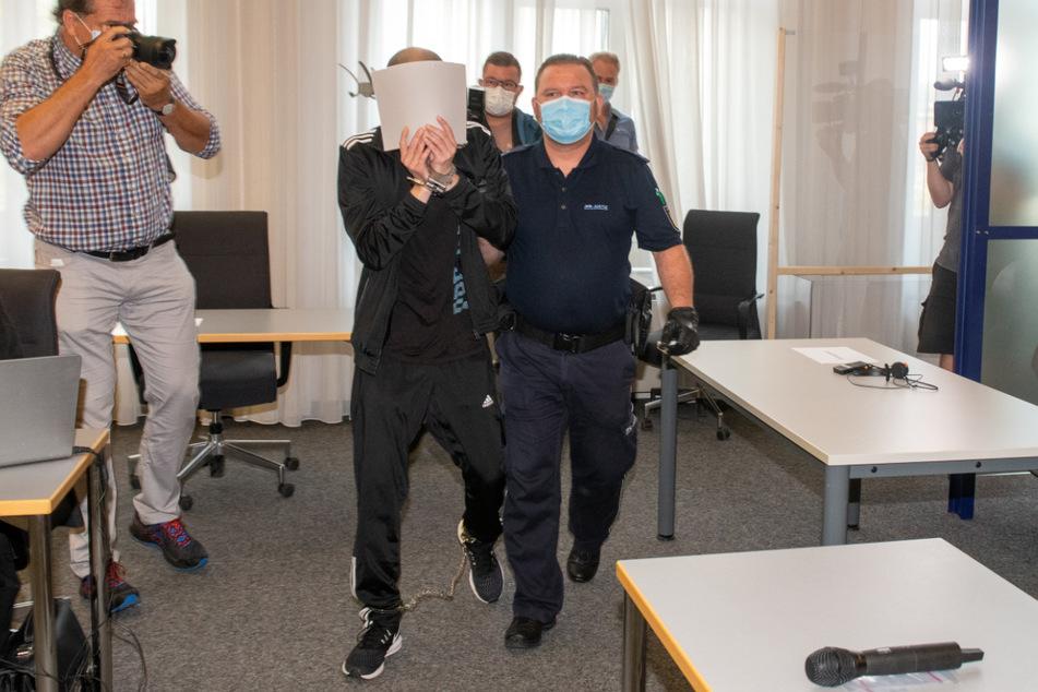 Ulm, Ende August: Der Angeklagte versteckt sein Gesicht im Gerichtssaal.