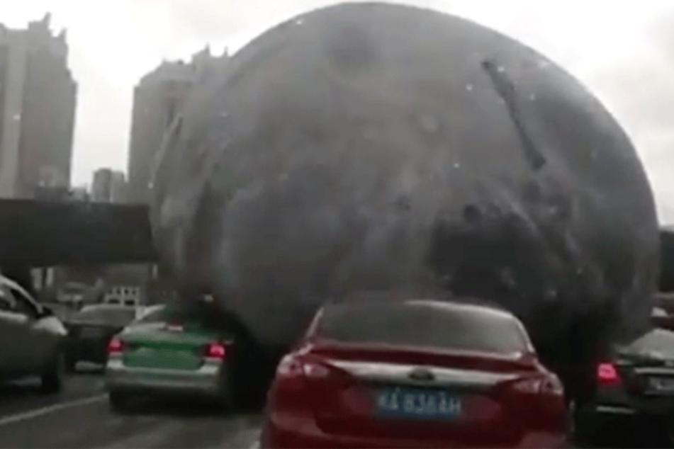 Monster-Teil überrollt Autofahrer in China