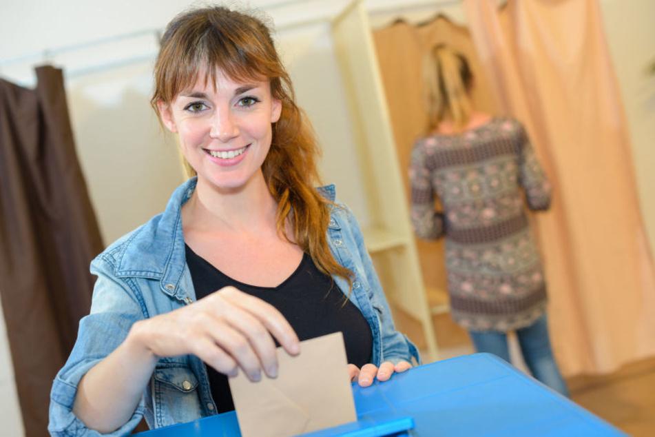Eine Frau bei der Stimmabgabe (Symbolbild)