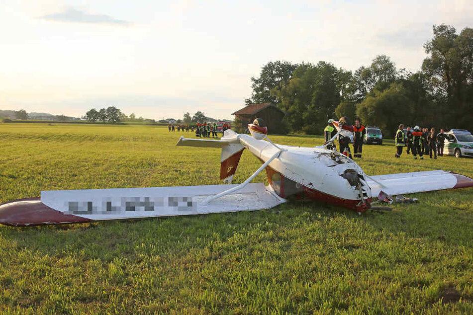Das Ultraleichtflugzeug blieb auf dem Dach liegen.