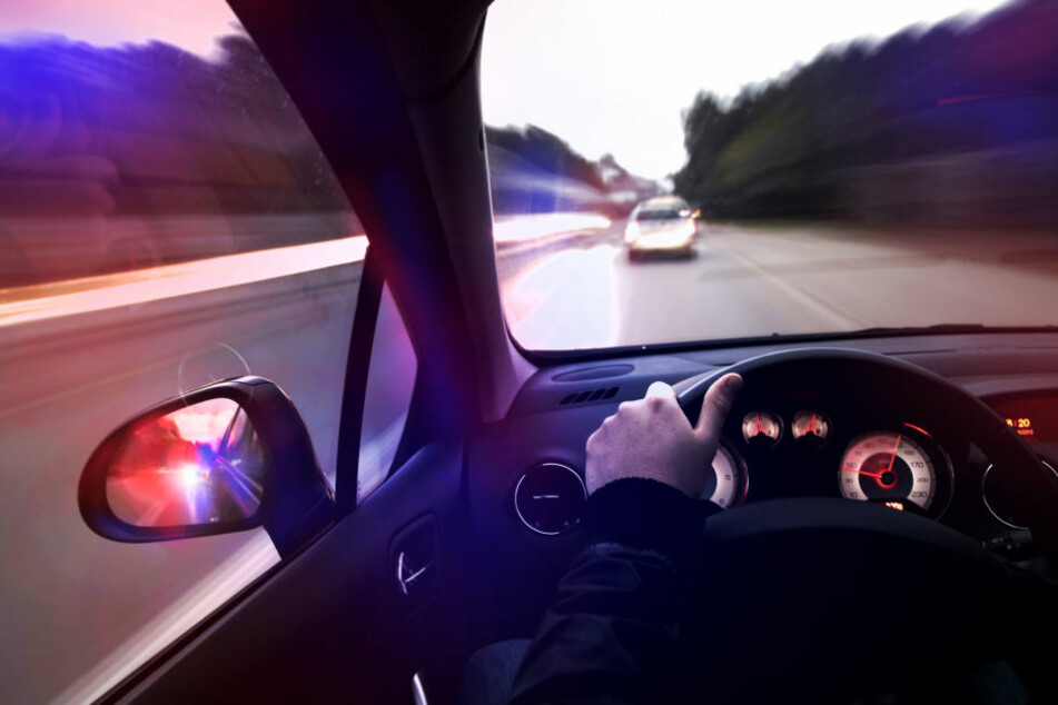 Erst als die Polizisten die Fensterscheiben des Fluchtwagens eingeschlagen hatten, ließ sich der gesuchte Mann widerstandslos festnehmen (Symbolbild).