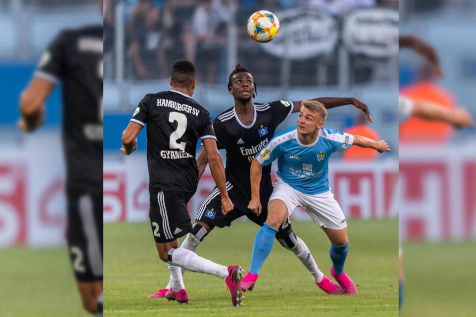 Gideon Jung (Mitte) kämpft im DFB-Pokal gegen den Chemnitzer Philipp Sturm um den Ball.