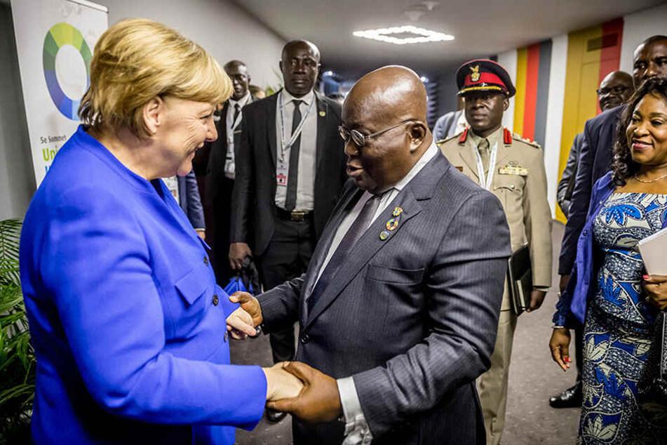 Bundeskanzlerin Angela Merkel (63, CDU) begrüßt auf dem EU-Afrika Gipfel in der Elfenbeinküste den ghanaischen Staatschef Nana Akufo-Addo.