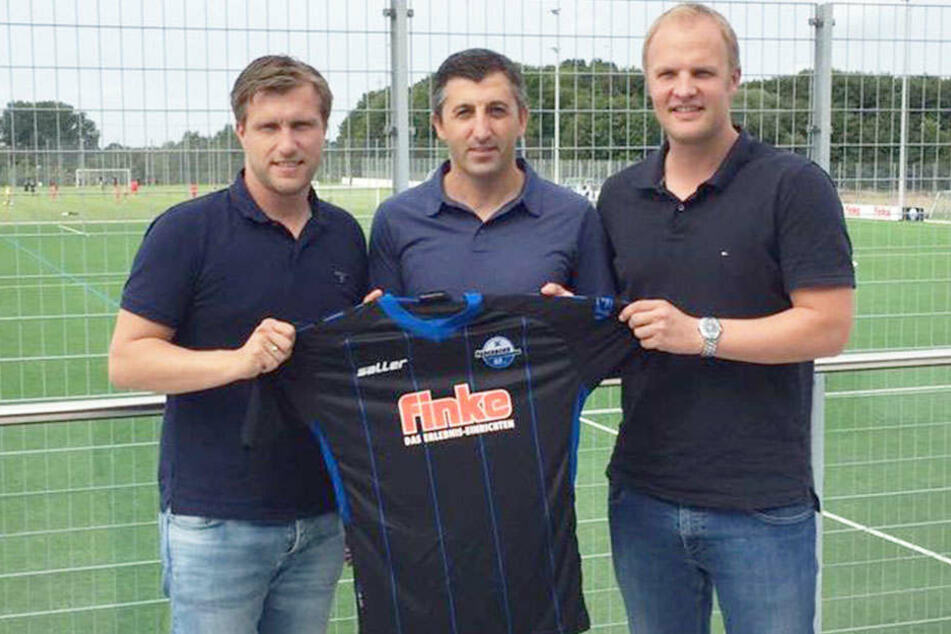 Sport-Boss Markus Krösche (li.) und NLZ-Leiter Christian Müller (re.) freuen sich auf die Zusammenarbeit mit Ayhan Tumani (mi.)