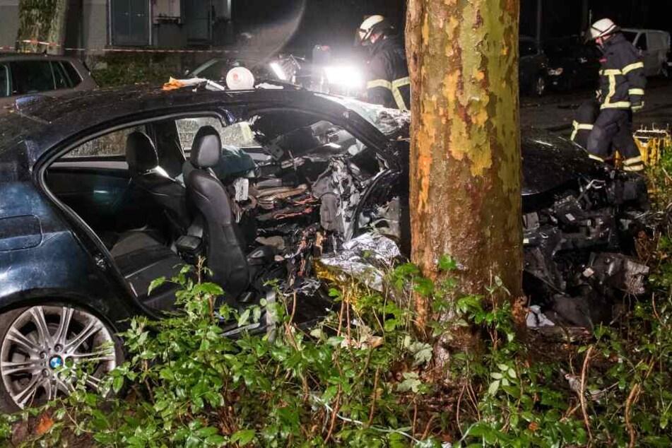 Der Wagen schleuderte gegen einen Baum.