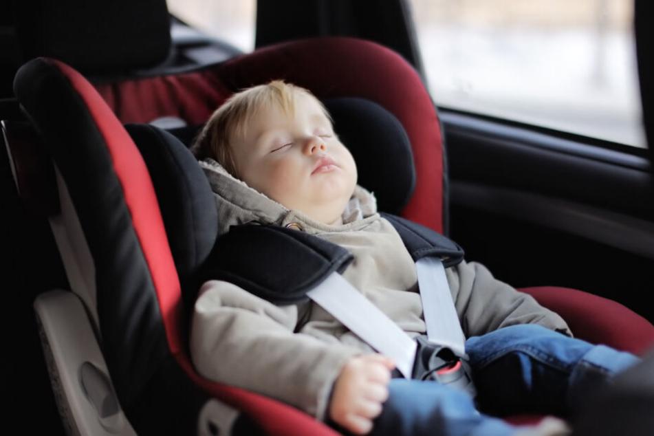 Das Kleinkind wurde allein im Auto gesehen. (Symbolbild)