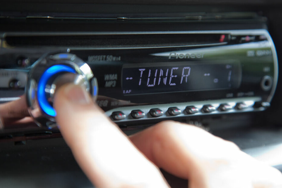 Die meisten Menschen hören noch über UKW Radio. Ein Grund: DAB+ hat nicht so große Reichweiten, ist nur digital nutzbar.