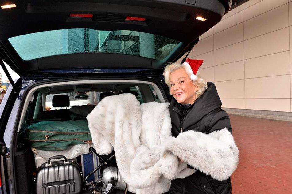 Die Schauspielerin und Chansonnière packt ihren Kofferraum. In der Weihnachtszeit ist sie nur auf Achse.