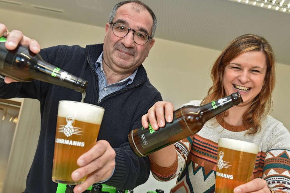 """Eine kluge Wahl: Das erste sächsische Universitätsbier heißt """"Lohrmanns"""", benannt nach dem Gründer der TU Dresden. Die Geschäftsführer Sophia Witte (29) und Francisco Arroyo (53) schenken ein."""