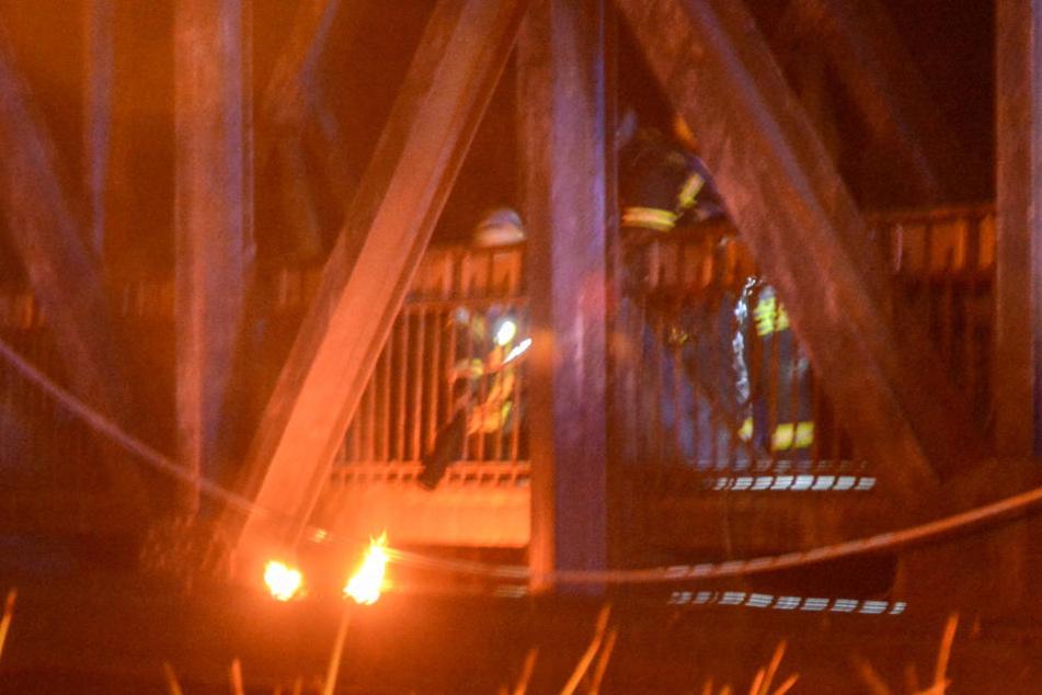 Kameraden der Feuerwehr löschten den Brand an einer Elektroleitung.