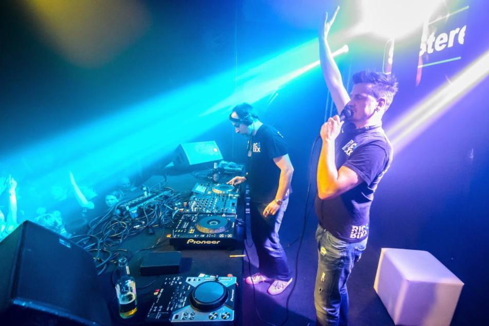 Immer 100 Prozent: Auf der Bühne hinterm DJ-Pult, da fühlen sich die Jungs wohl. Und sie geben immer alles für ihre Fans.