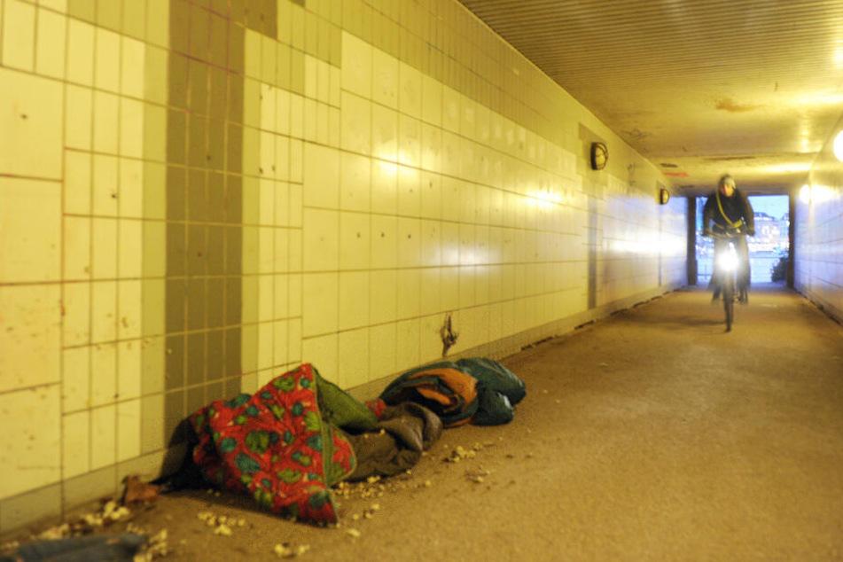 Schlafsäcke von Obdachlosen liegen in einer Brückenunterführung in Hamburg. Hier ist es immerhin trocken.