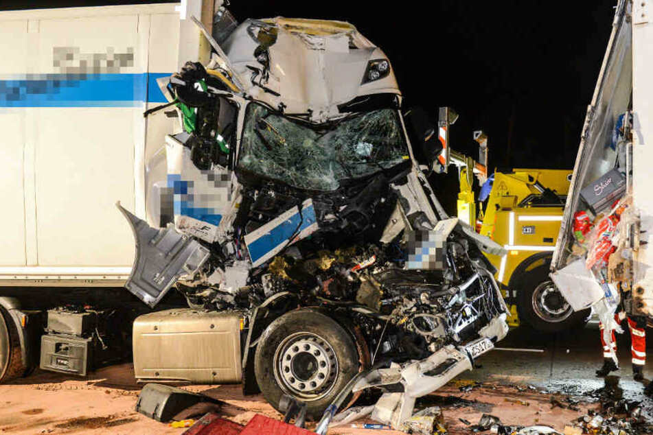 Ungebremst ist der Lkw-Fahrer in das Stauende gekracht.