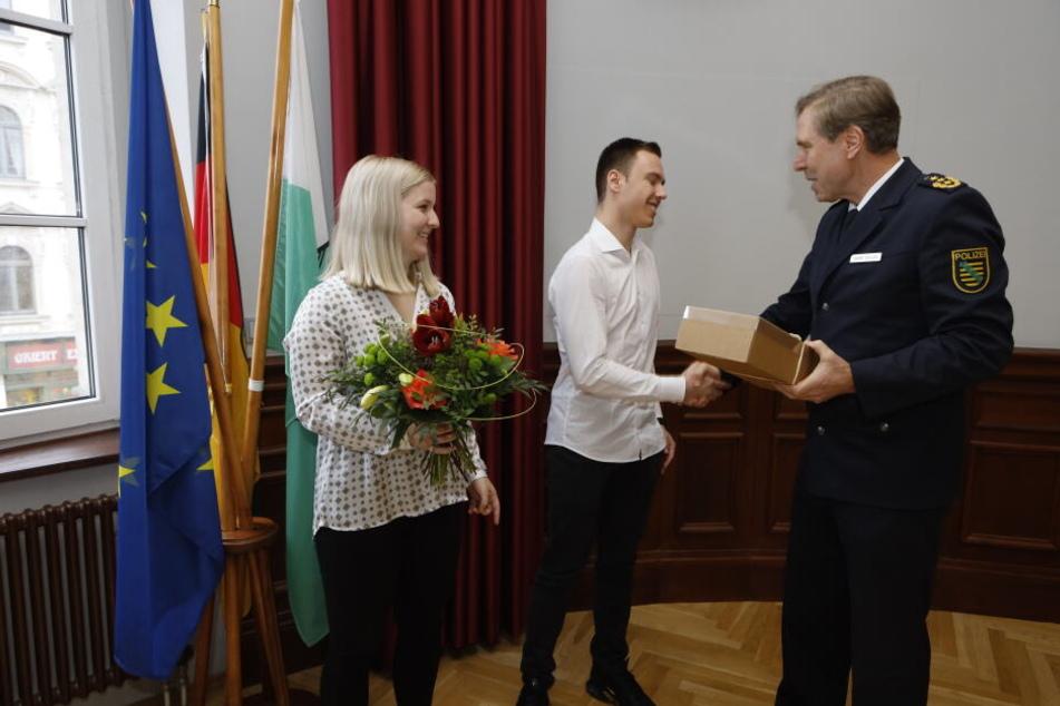 Das couragierte Paar erhielt am Freitag von Leipzigs Polizeipräsident Torsten Schultze einen großen Dank.