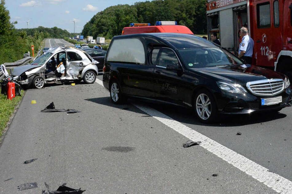 Ein Leichenwagen war ziemlich schnell an der Unfallstelle.