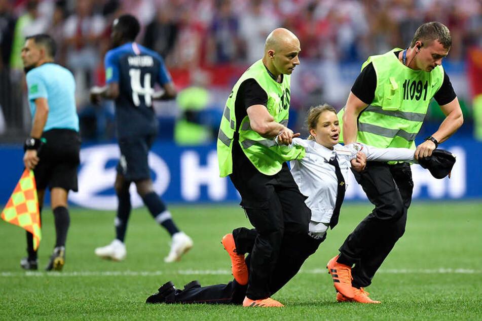 Vier Flitzer haben beim Finale der FIFA Fußball-Weltmeisterschaft für eine Unterbrechung gesorgt.
