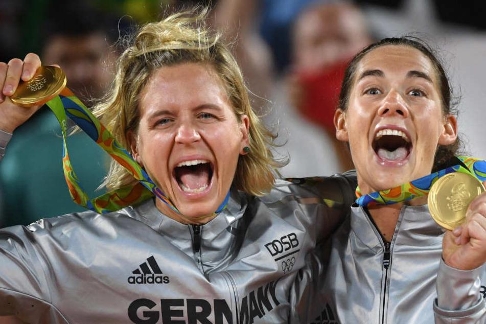 Kira Walkenhorst (r) und Laura Ludwig feiern in der Arena Copacabana ihren großen Triumph.