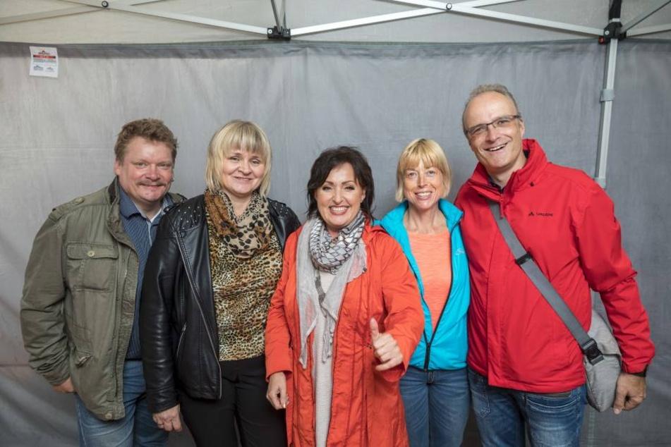 Maik (50, l.) und Gabriele Seidel (50, 2.v.l.), Claudia Lotter (44) und Lutz Reike (47) freuten sich über ein Backstage-Treffen mit Ute Freudenberg (60, Mitte).