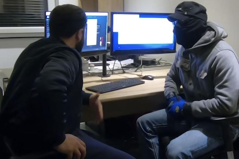 """Der Hacker """"Kai"""" (re) erzählt dem Journalisten, wie er vorgeht."""