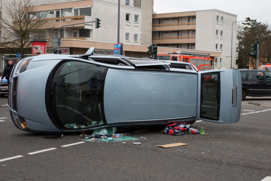Kreuzungs-Crash mit zwei Autos und sechs Verletzten