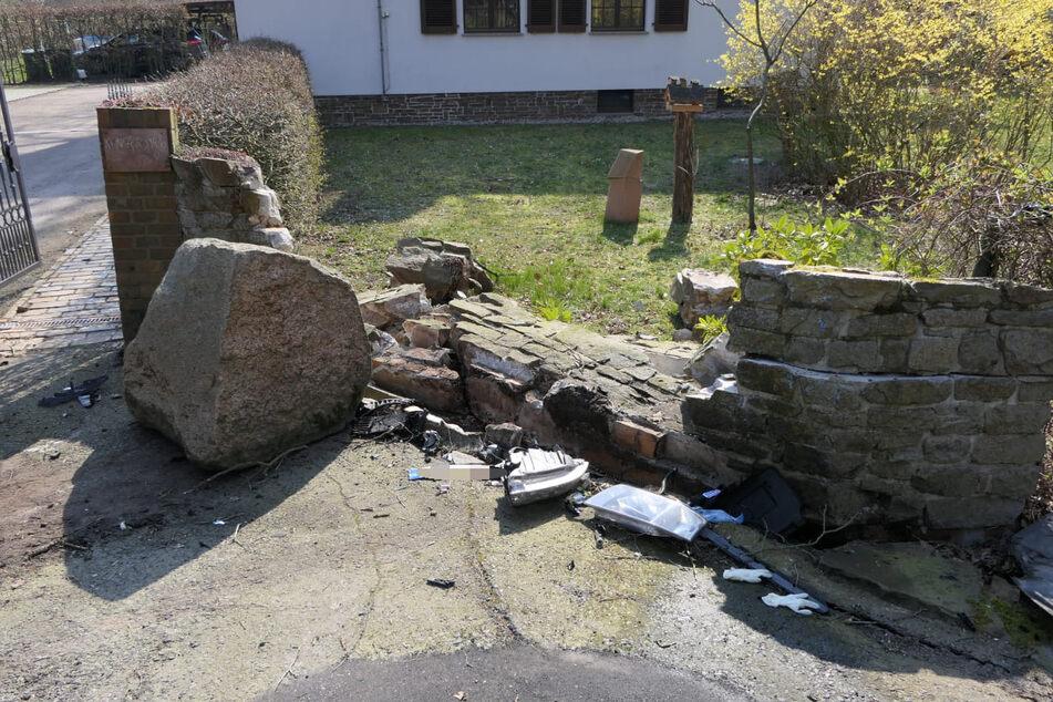 Der Fahrer des Autos hatte die Kontrolle verloren, war gegen diese Mauer gekracht und dann im Straßengraben gelandet. Dort fing der Wagen plötzlich Feuer.