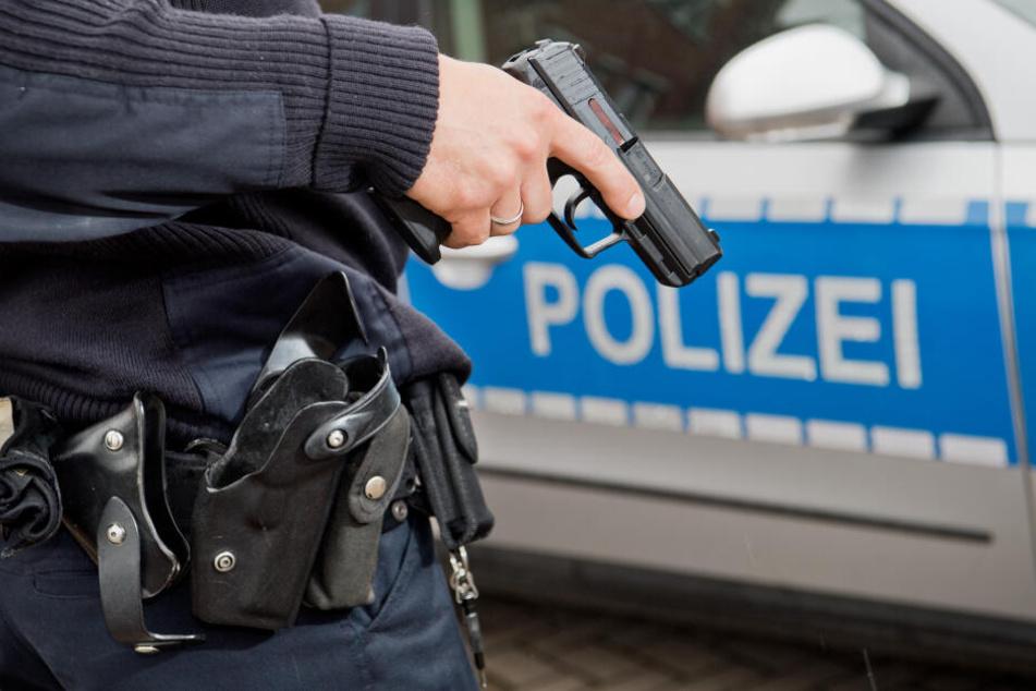 Bei dem Einsatz am Freitagmorgen setzte einer der Beamten seine Dienstwaffe ein (Symbolbild).