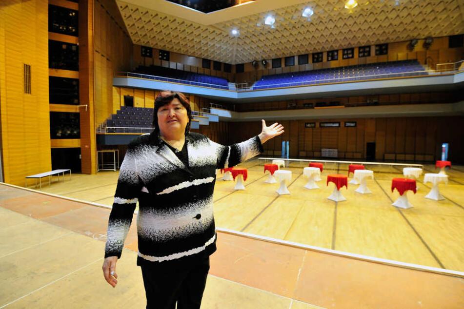 Der große Saal war immer der Lieblingssaal von Tatjana Klär (67), nun geht  die gute Seele der Stadthalle in den Ruhestand.