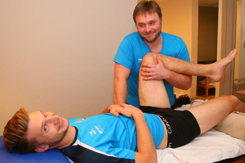 In guten Händen: Michael Blum ließ sich nach seiner Verletzung von Physiotherapeut Sebastian Lange behandeln.