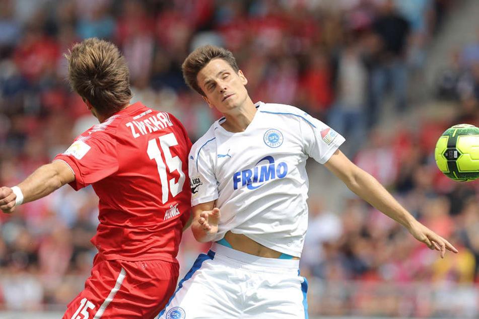Eine Szene aus dem Hinspiel: Jonas Acquistapace (r.) im Trikot des SV Lotte gegen seinen jetzigen Mitspieler Ronny König.