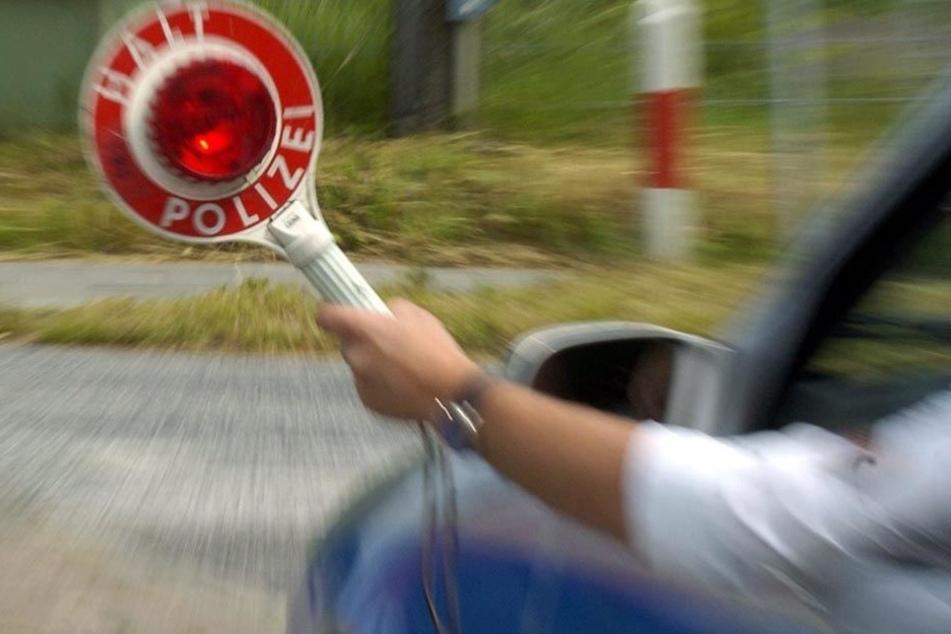 Als er den Wagen seiner Verwandten auf der Straße sah, reagierte der Mann sofort und rief die Polizei (Symbolbild).