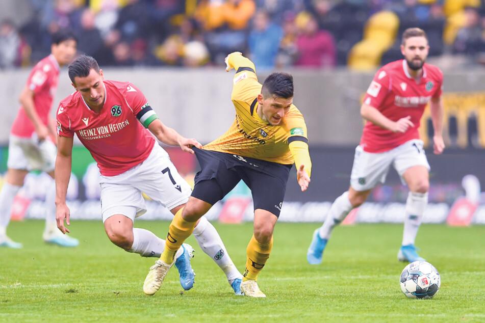 Hannovers Edgar Prib hielt im Hinspiel Anfang Oktober Dynamos Jannis Nikolaou fest. Das Rückspiel steigt (wohl) vor leeren Rängen.