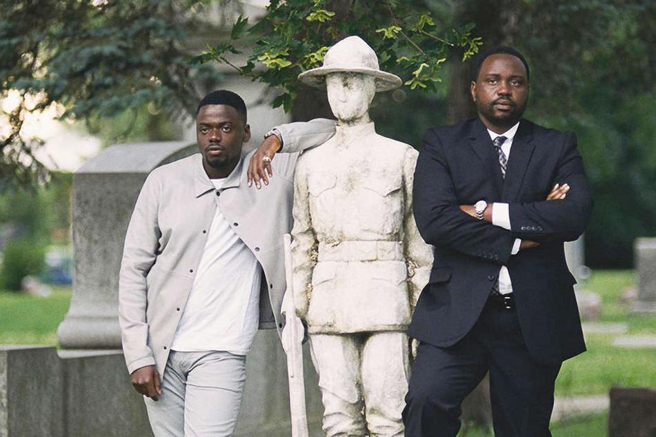 Jamal Manning (r., Brian Tyree Henry) und sein Bruder Jatemme (l., Daniel Kaluuya) beobachten Harrys Beerdigung aus der Ferne.