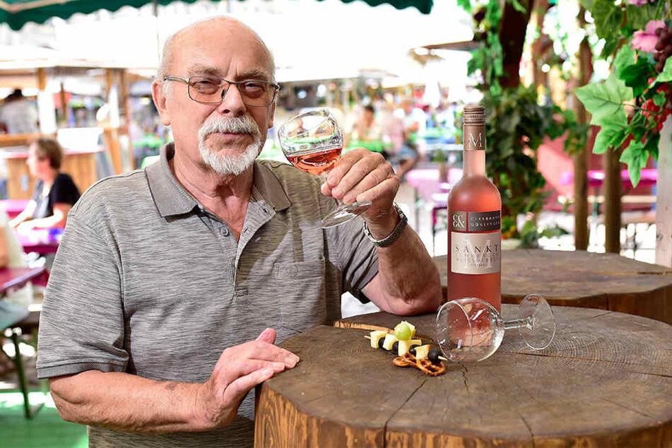 """Super-Sommerwein: Weindorf-Organisator Siegfried Ade (74) mit einem 2018er Rosé """"Sankt M Lemberger Weißherbst trocken""""."""