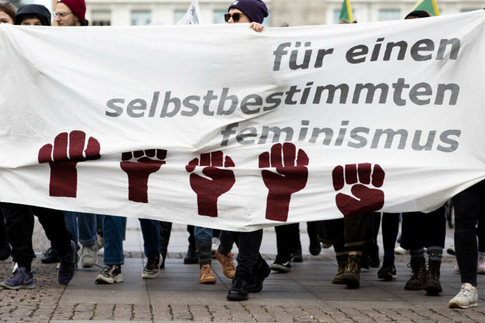 Teilnehmerinnen fordern beim Frauenstreik auf einem Transparent einen selbstbestimmten Feminismus.