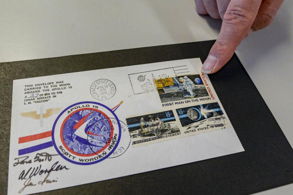 Ein Apollo-15-Mondbrief liegt in einem Hamburger Auktionshaus auf dem Tisch.