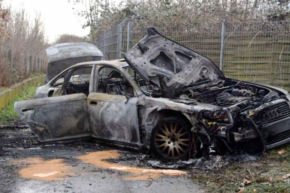 Der schwarze Audi der Flüchtigen wurde brennend zurückgelassen.