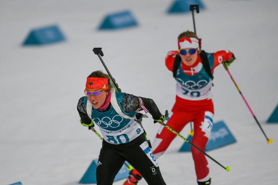Auch im 15 Kilometer Biathlon-Einzel konnte sich Laura Dahlmeier (l.) eine Medaille sichern.