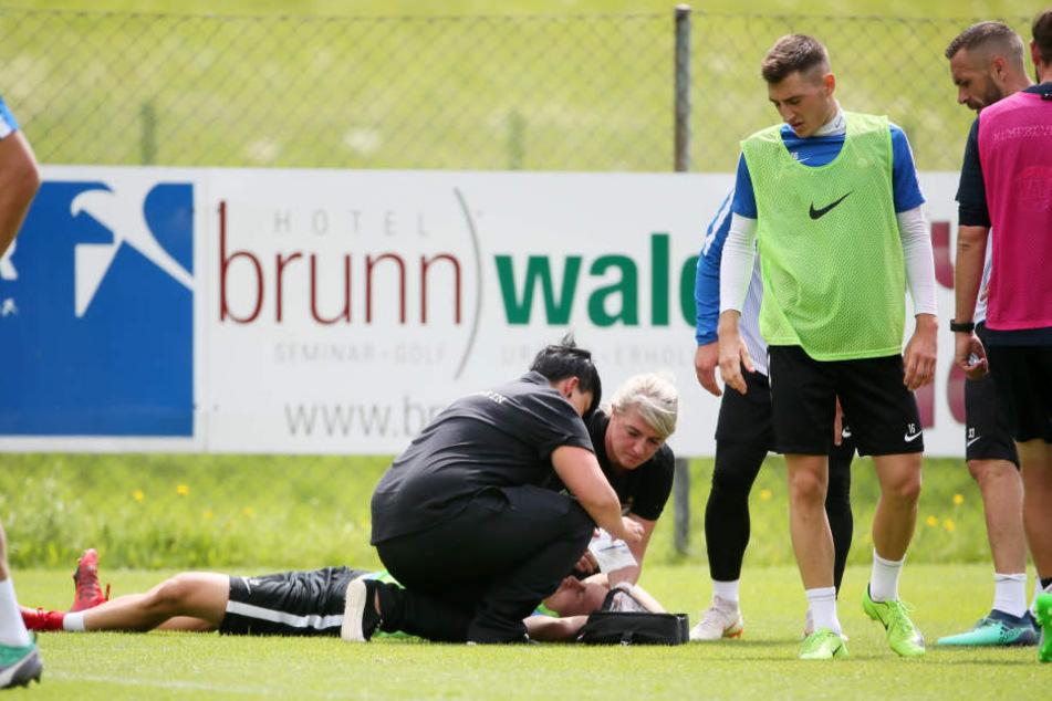 """Sascha Härtel (am Boden) wurde nach seinem Trainings-""""Unfall"""" sofort fachgerecht verarztet."""