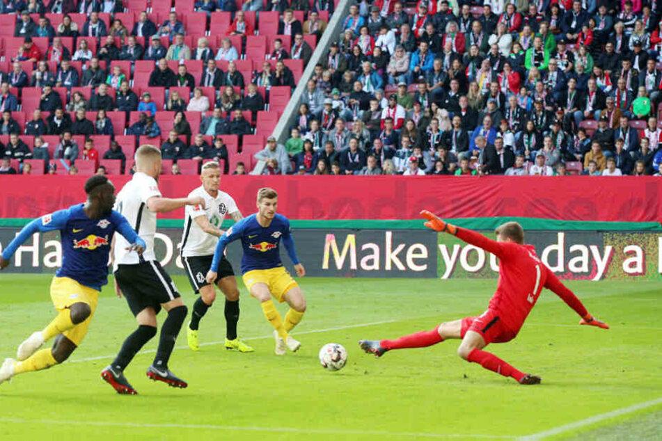 Die ansehnlichste Torchance des gesamten Spiels: Nach einer Hereingabe vom Flügel wollte Jean-Kevin Augustin (l.) den Ball per Hacke im Tor versenken, doch Keeper Andreas Luthe (r.) hielt mit dem rechten Fuß.