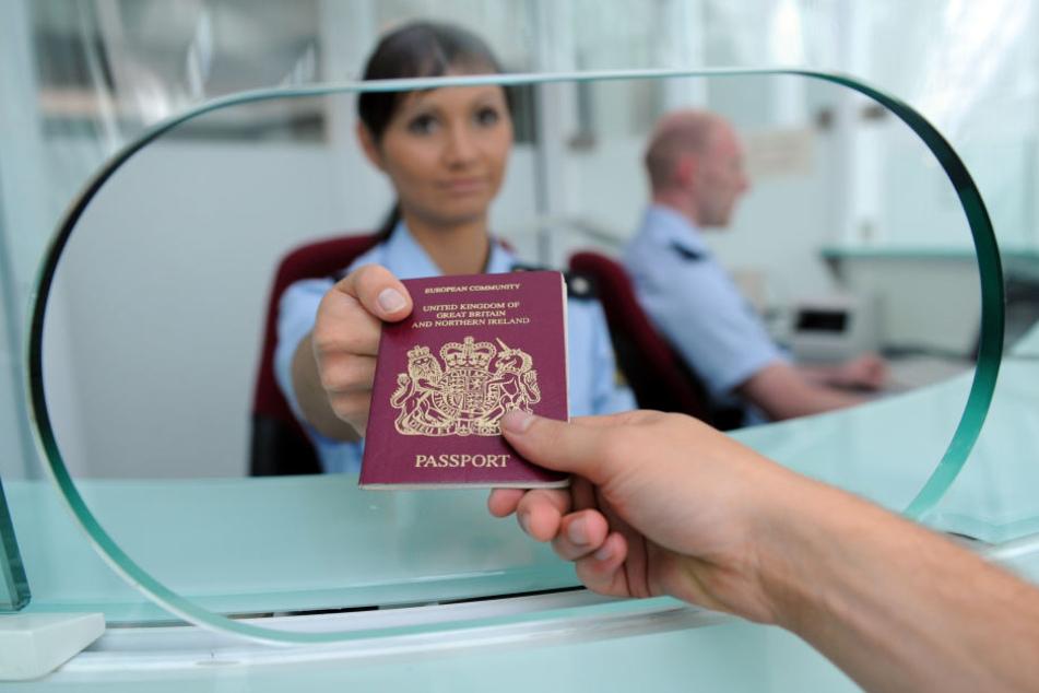 Bei der Passkontrolle am Flughafen legte der Albaner einen gefälschten Ausweis vor. (Symbolbild)
