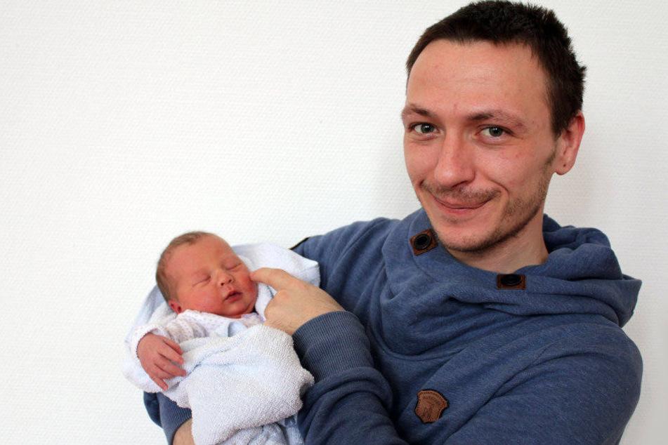 Stolz hält Papa Robert Quurk am 24. Dezember 2016 sein Töchterchen Joleen im Arm. Sie war 2016 das einzige Christkind in Erfurt.