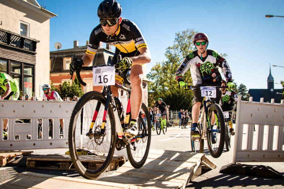 """Beim """"City Cyclo Cross"""" in Limbach-Oberfrohna müssen in der Stadt Hindernisse überwunden werden."""
