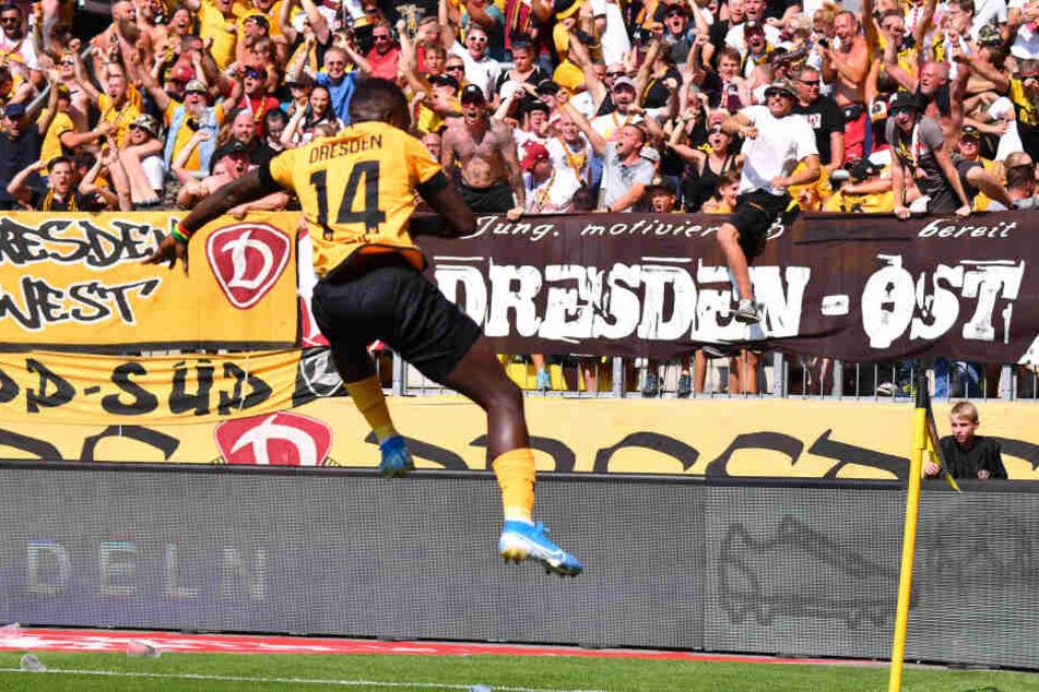 Moussa Koné hat für die SG Dynamo Dresden gegen St. Pauli getroffen und jubelt vor den Fans. (Archivbild).