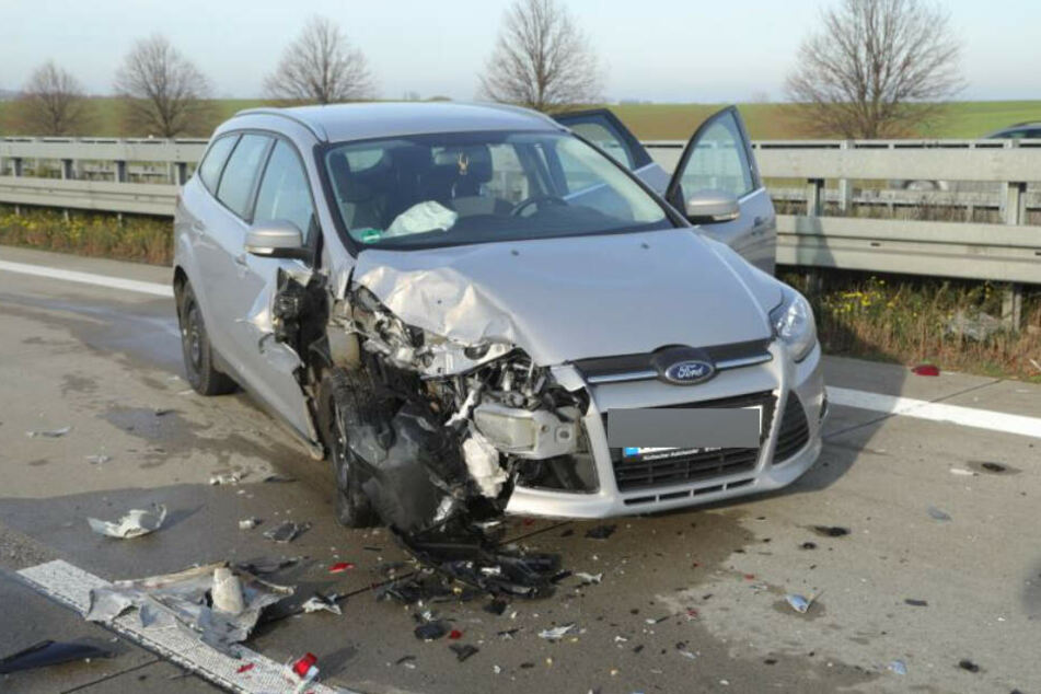 Die Front des Ford Focus ist stark beschädigt.