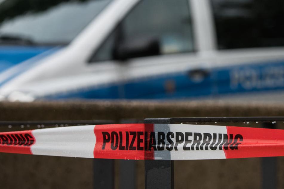 Bei einem Unfall nahe Freiburg hat ein Milch-Lkw Teile seiner Ladung verloren. Sie lief in einen nahen Bach. (Symbolbild)
