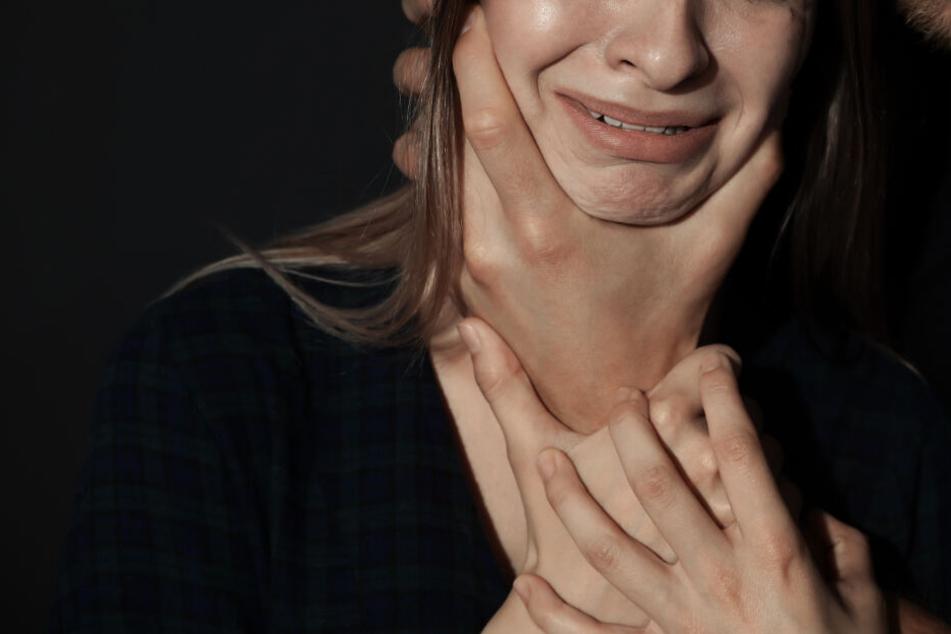 Die Frau wurde von ihrer Angreifern geschlagen und gewürgt. (Symbolbild)